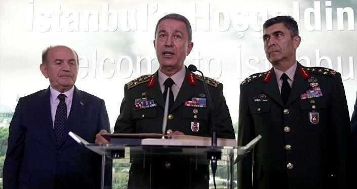 Genelkurmay Başkanı Orgeneral Hulusi Akar (ortada), İstanbul Büyükşehir Belediye Başkanı Kadir Topbaş'ı (solda) ziyaret etti. Orgeneral Akar, ziyarette şeref defterini imzaladı.
