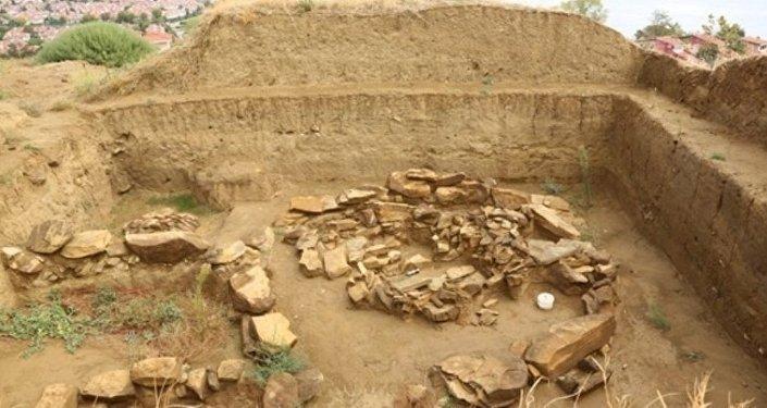 Silivri'deki yılın keşfi olarak görülen 5 bin yıllık kurgan tipi mezar sahipsiz kaldı.