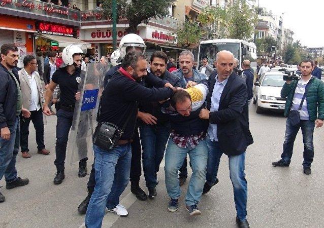 Bursa'da, 10 Ekim'de Ankara'daki terör saldırısının birinci yıldönümü dolayısıyla düzenlenmek istenen yürüyüşe polis izin vermedi.