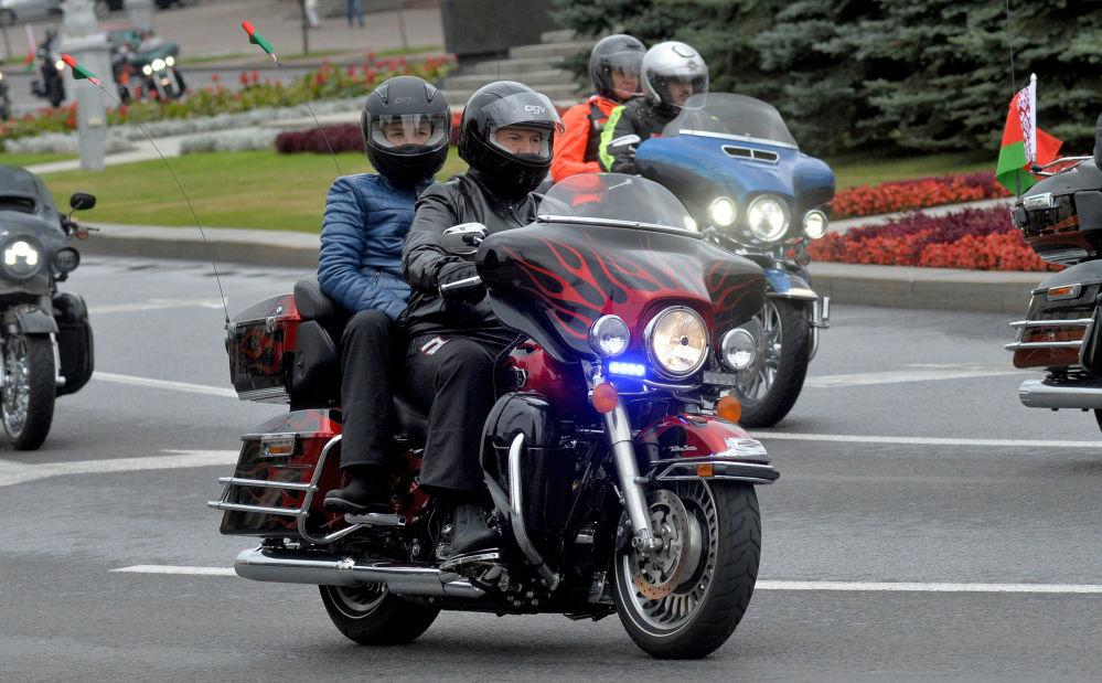 Belarus Devlet Başkanı Aleksandr Lukaşenko, başkent Minsk'te gerçekleştirilen Harley Davidson yarışında.