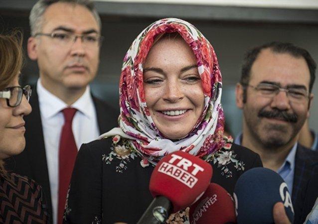 Lohan,  sığınmacıları ziyaretinde, Benim sığınmacılarla ilgili Türkiye'ye 3. gelişim. Gerçekten Türkiye güzel işler yapıyor. Bizim de bu konuda en azından yardımcı olmamız gerekir dedi.