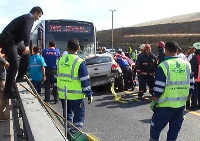 Olay yerine çok sayıda ambulans sevkedildi. Kaza nedeniyle metrobüs seferleri durdu.