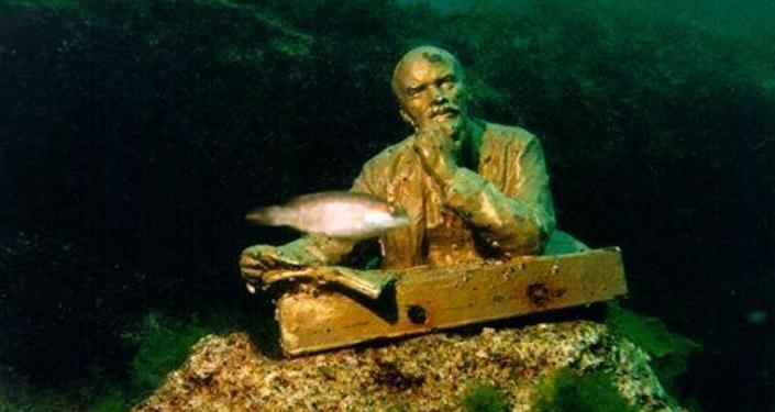Kırım'daki Tarhankut burnu denizin metrelerce altında yer alan ve dünyanın en ilginç müzelerinden biri olan Liderler Geçidi Müzesi'ne ev sahipliği yapıyor.