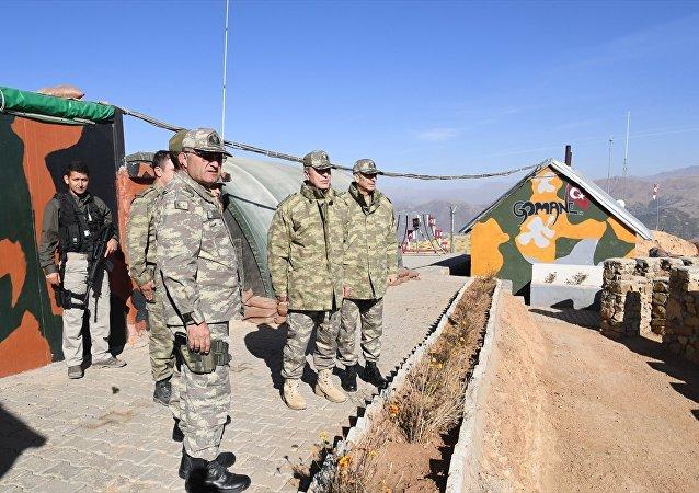 Genelkurmay Başkanı Orgeneral Hulusi Akar, Kara Kuvvetleri Komutanı Orgeneral Salih Zeki Çolak ile birlikte Şırnak, Hakkari/Yüksekova ve Van/Başkale'de konuşlu olan birliklerde denetlemelerde bulunarak devam eden PKK'yla mücadele harekatının sevk ve idaresini yerinde inceledi.