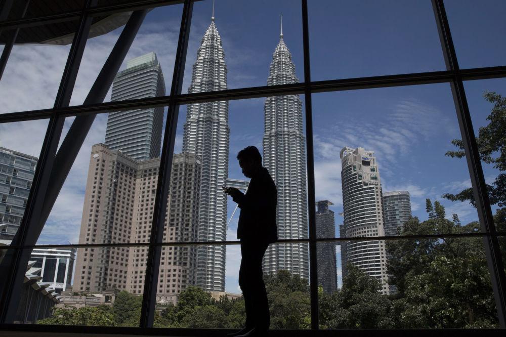 Malezya'nın başkenti Kuala Lumpur'da yüksekliği 452 metre olan Petronas ikiz kuleleri bulunuyor. İki kocaman mısıra benzeyen bu binalar çağdaş mimarlık eserleri olarak kabul edildi.