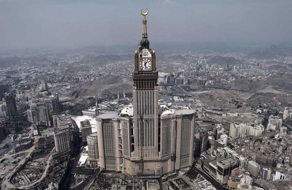 Mekke'de bulunan Abraj Al Bait binası dünyanın en ağır bina, Suudi Arabistan'da ise en yüksek binadır.  Yüksekliği 601 metre olan gökdelen Londra'daki Big Ben saatini benzeyen kocaman saatiyle süslenir.
