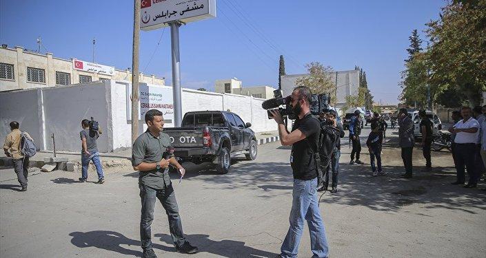 Türkiye'deki çeşitli kuruluşlardan basın mensupları, Fırat Kalkanı operasyonu kapsamında IŞİD'den temizlenen Suriye'nin Halep kentine bağlı Cerablus'u görüntüledi.