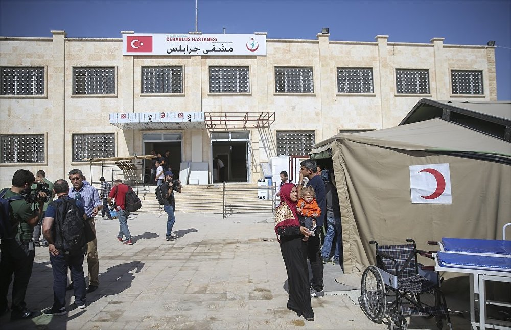 Suriye Ordusu'na bağlı ekiplerin kontrolünde Şehit Sandık Handavi Okulu, Cerablus Hastanesi, tadilat çalışmaları ve meydanlardaki yaşananları görüntüleyen basın mensupları halkla mülakat gerçekleştirip, takipçileriyle paylaştı.