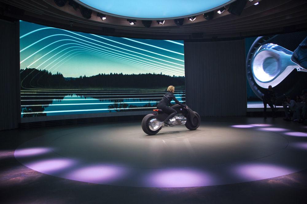 2016 yılında ilk kez gösterilen kavram arabası gibi  iki tekerlekli prototipe Vision Next 100 adı verildi.