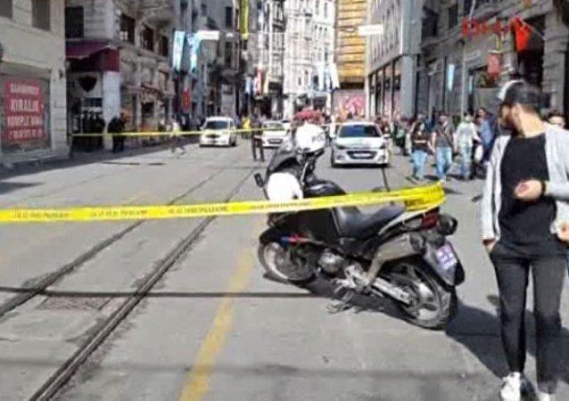 Beyoğlu İstiklal Caddesi'nde bir işyeri önündeki sahipsiz çanta polisi alarma geçirdi.
