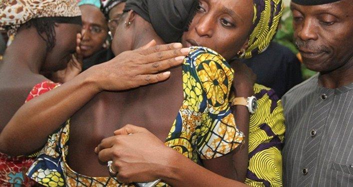 Nijerya'da Boko Haram tarafından kaçırılan ve 2 yıldan uzun süre sonra serbest bırakılan 21 Çibok kızının ailelerine kavuştuğu duygusal anlar kameralara yansıdı.
