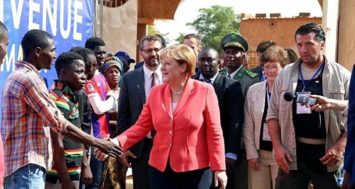 Afrika'nın refahının Almanya'nın da çıkarına olduğunu belirten Merkel, bunun için kıtanın kaderi ile daha yakından ilgilenilmesi gerektiğine dikkati çekti.