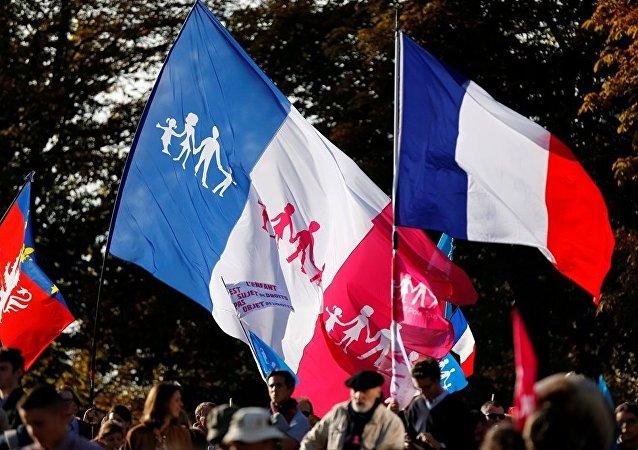 Fransa'nın başkenti Paris'te 10 binlerce kişi, eşcinsellerin evliliğine imkân tanıyan yasayı protesto etti.