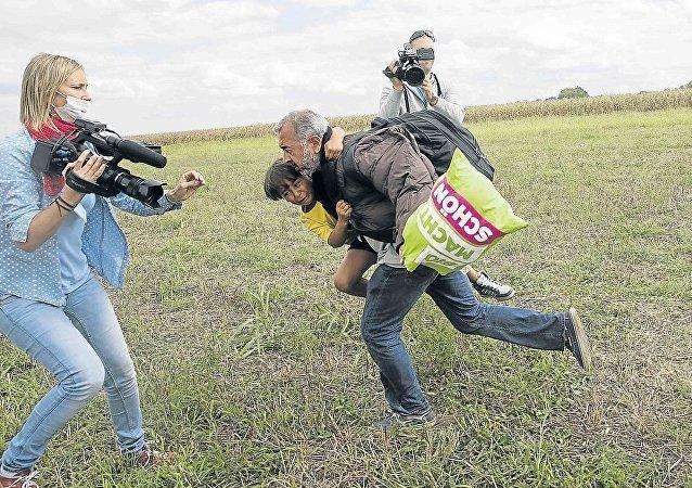 Macar kameraman Petra László ve sığınmacı