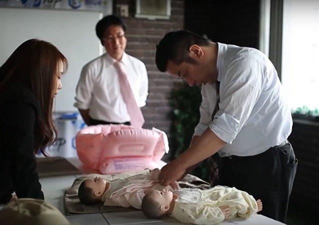 Genç Japon babalar için eğitim kampı