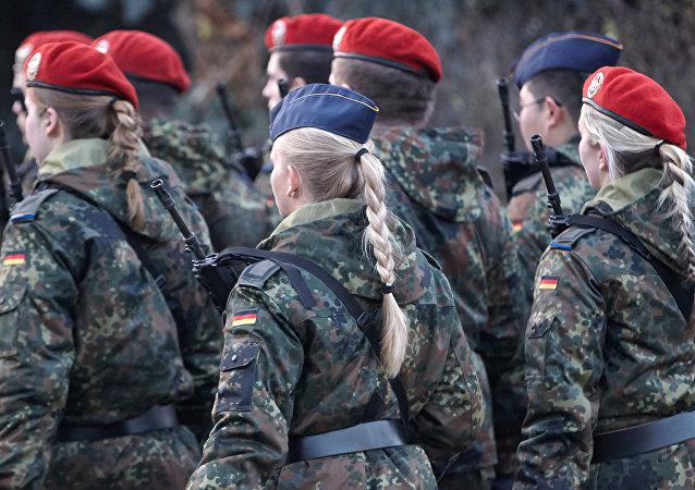 Almanya'da kadın askerler
