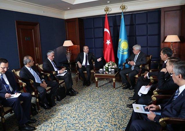 Dışişleri Bakanı Mevlüt Çavuşoğlu (solda), resmi temaslarda bulunmak üzere geldiği Kazakistan'da Kazakistan Dışişleri Bakanı Yerlan İdrisov (sağda) ile ikili ve heyetler arası görüşme gerçekleştirdi.