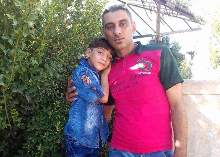 Ahd El Haderi'nin babası Alâa El Haderi ve yangında hayatını kaybeden kardeşi