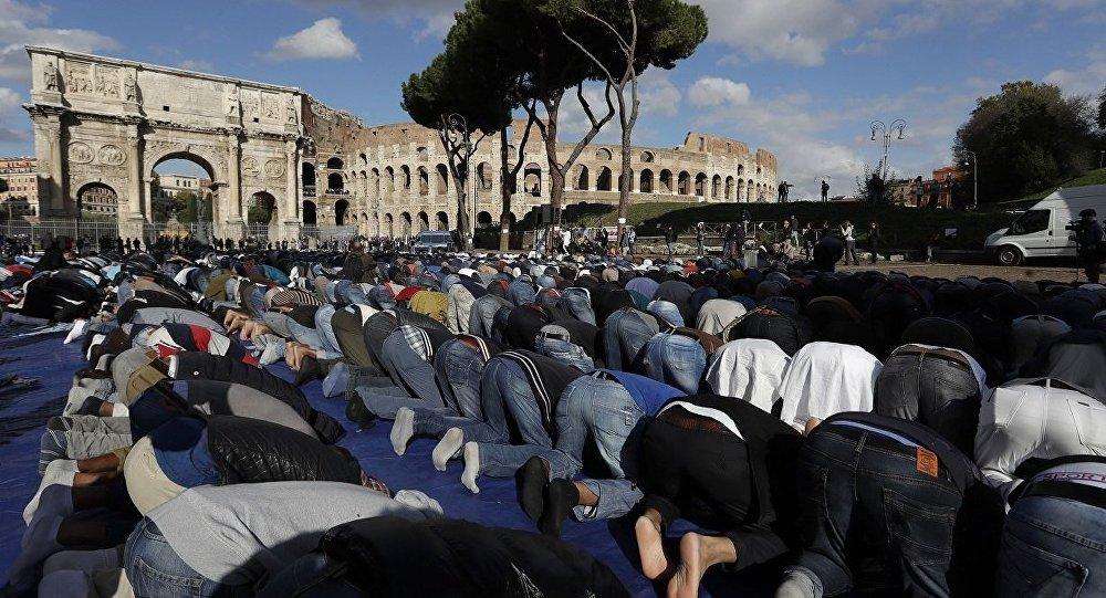 Roma'da Kolezyum önünde namaz