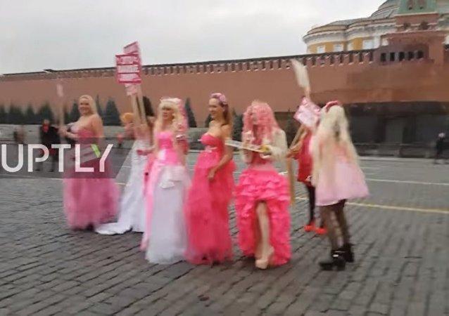 Barbie bebekler Kızıl Meydan'da protestoda - VİDEO