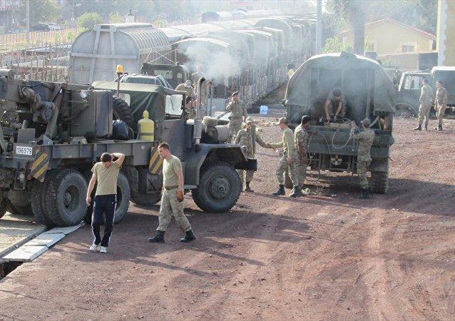 Askeri birliklerin şehir dışına taşınması kapsamında 25 askeri araç ve personel ile içinde askeri malzemelerin bulunduğu 20 konteyner İslahiye ilçesine ulaştı.