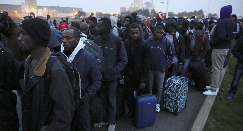 Calais sığınmacı kampının tahliyesi başladı