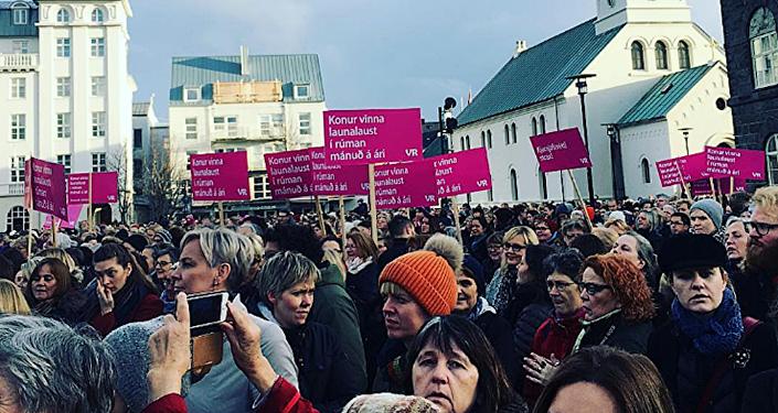 İzlanda'da kadınlar ücret eşitsizliğini protesto etti