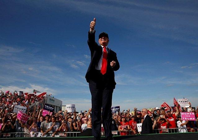 Donald Trump, Florida'da bulunan Million Air Orlando havaalanı hangarında destekçilerine seslendi