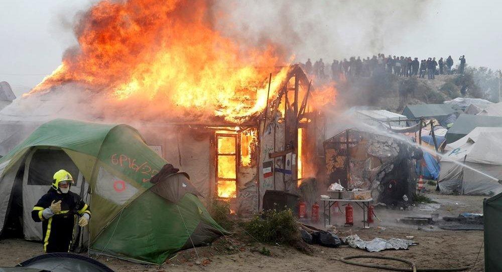 Calais'deki Jungle 'Vahşi Orman' sığınmacı kampında yangın