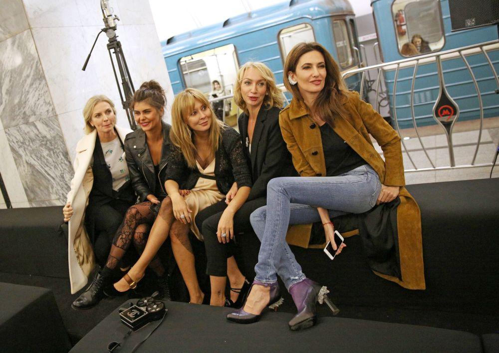 Metro yolcuları defile sırasında Rus modasının en yenilerini görme imkânı buldu.