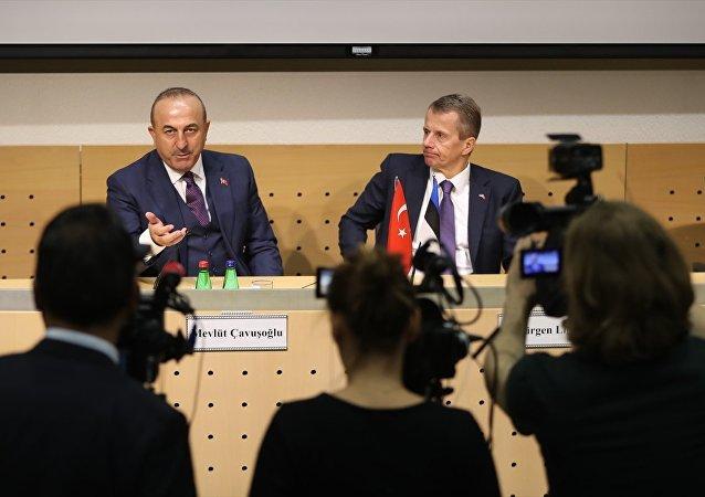 Dışişleri Bakanı Mevlüt Çavuşoğlu (solda), resmi temaslarda bulunmak üzere geldiği Estonya'nın başkenti Tallin'de Estonya Dışişleri Bakanı Jürgen Ligi (sağda) ile görüştü.