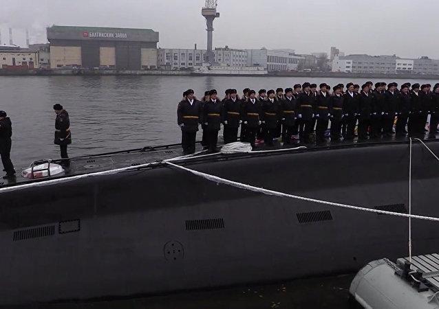 Rusya'nın yeni denizaltısı Velikiy Novgorod denize indirildi.