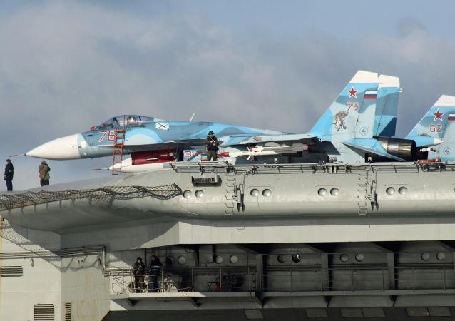 Su-33 uçakları Amiral Kuznetsov gemisinin bordasında.