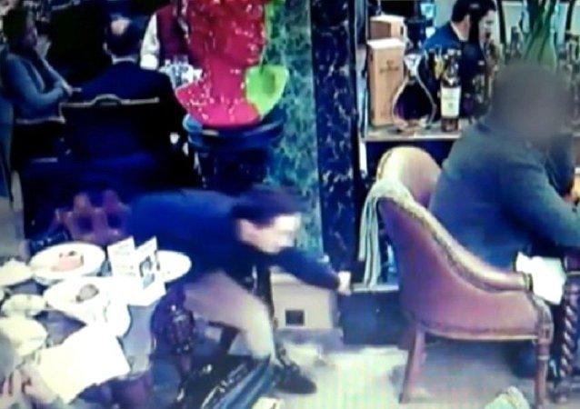 Rusya'nın başkenti Moskova'da kalabalık bir restoranda 2 Gürcü hırsız, inanılmaz bir soygun gerçekleştirdi. Hırsızlar, Rus işadamından kaşla göz arasında yarım milyon ruble (7.995 dolar) çaldı.