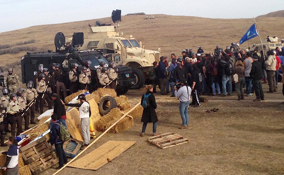 Dakota'da polis eylemciler müdahele ediyor