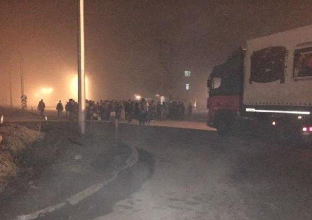 Ağrı'da sığınmacılar yolu kapattı