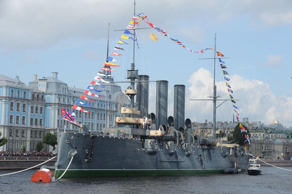 Aurora kruvazörü St. Petersburg'daki Neva Nehri'nde.