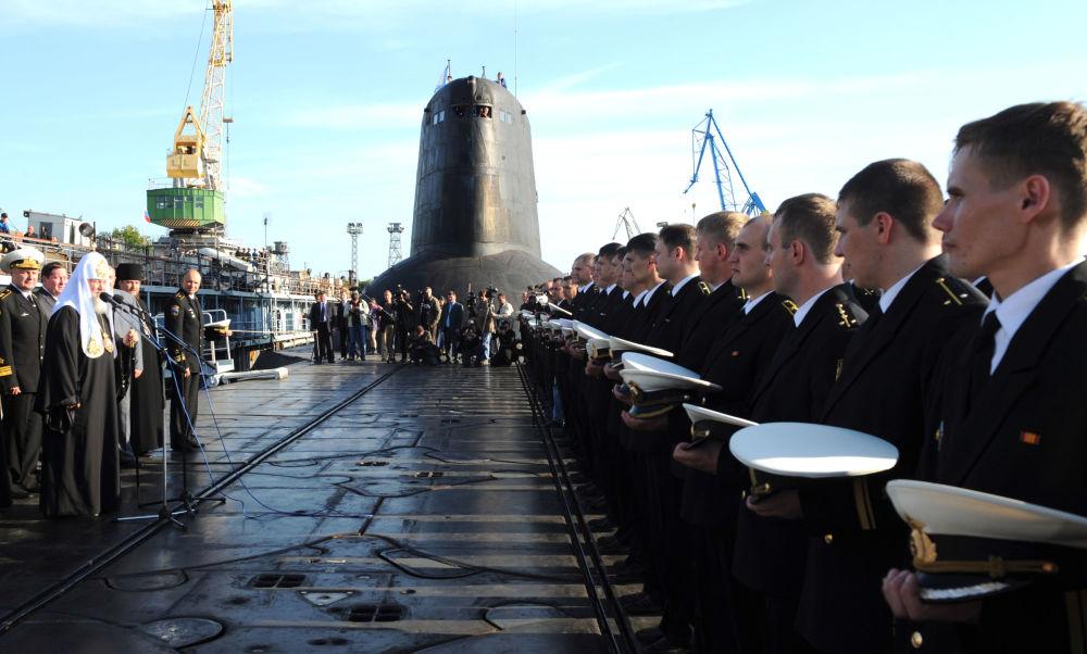 Rus Ortodoks Kilisesi Patriği Kirill Dmitriy Donskoy isimli denizaltıyı ziyaret ediyor.