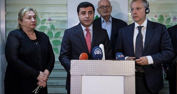 HDP Eş Genel Başkanı Selahattin Demirtaş (ortada), Sergei Stanishev (sağda) başkanlığındaki Avrupa Sosyalistler Partisi heyeti ile bir araya geldi. Demirtaş ve Stanishev, görüşmenin ardından ortak basın açıklaması düzenledi.