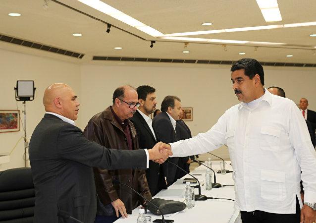 Maduro muhaliflerle görüştü