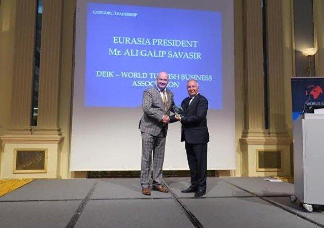 DTİK Avrasya Komite Başkanı Ali Galip Savaşır'a Dünya Sürdürülebilir Enerji Enstitüsü Liderlik Ödülü verildi.