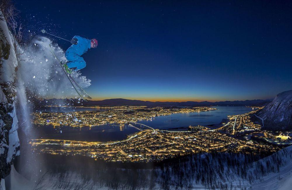 Norveçli fotoğrafçı Audun Rikardsen'in çektiği 'Arktikte kent içinde kayak' fotoğrafı.