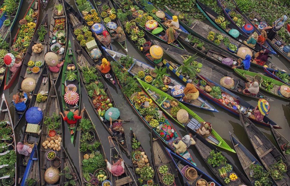 Endonezyalı fotoğrafçı Antonius Andre Yjiu'nun çektiği 'Yüzen market' fotoğrafı.