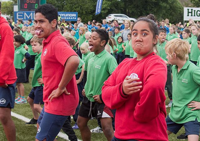 Öğrenciler Guinness Rekorlar Kitabı'na girmek için haka dansı yapıyor
