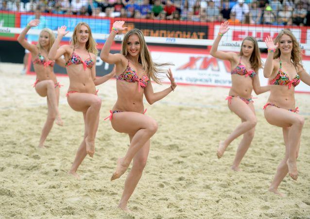 Ponpon kızlar Rusya'nın başkenti Moskova'da Grand Slam çerçevesinde düzenlen plaj voleybolu maçı sırasında gösteri yapıyor.