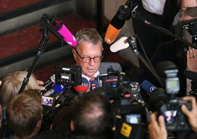 Alman komedyen Jan Böhmermann'ın Cumhurbaşkanı Erdoğan'a hakaret içeren şiiri bir daha okunmamasına yönelik ihtiyati tedbir alınmasına ilişkin davanın ilk duruşması Hamburg Eyalet Mahkemesi'nde yapıldı. Duruşmadan sonra Cumhurbaşkanı Recep Tayyip Erdoğan'ın avukatı Michael-Hubertus von Sprenger gazetecilere açıklamada bulundu.