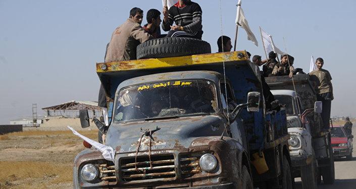 Ellerinde beyaz bayraklar taşıyan siviller araçlarıyla Erbil'e kaçtı.