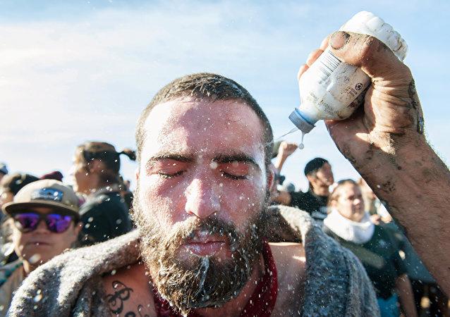 Kuzey Dakota'da biber gazına maruz kalan bir eylemci