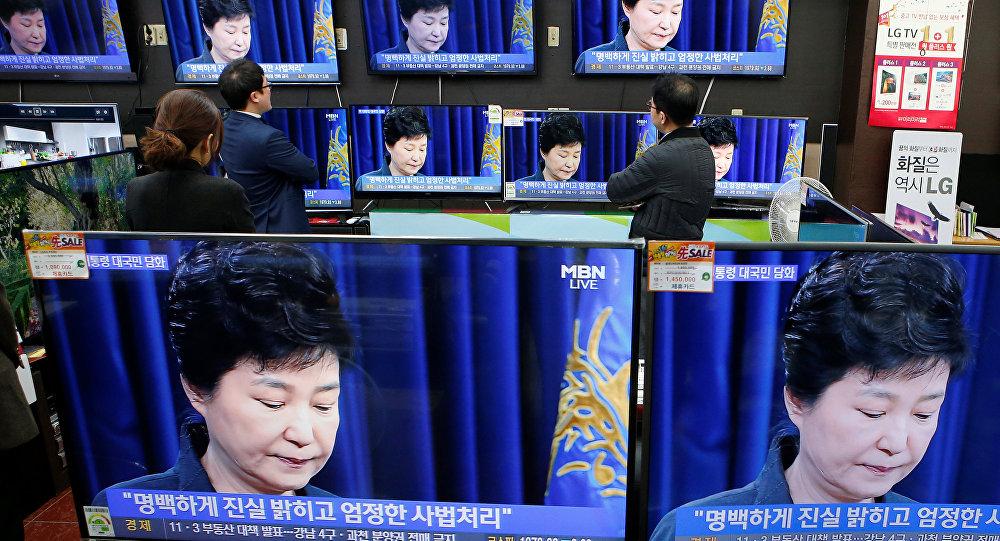 Güney Kore Devlet Başkanı Park Geun-hye'nin konuşmasını izleyenler