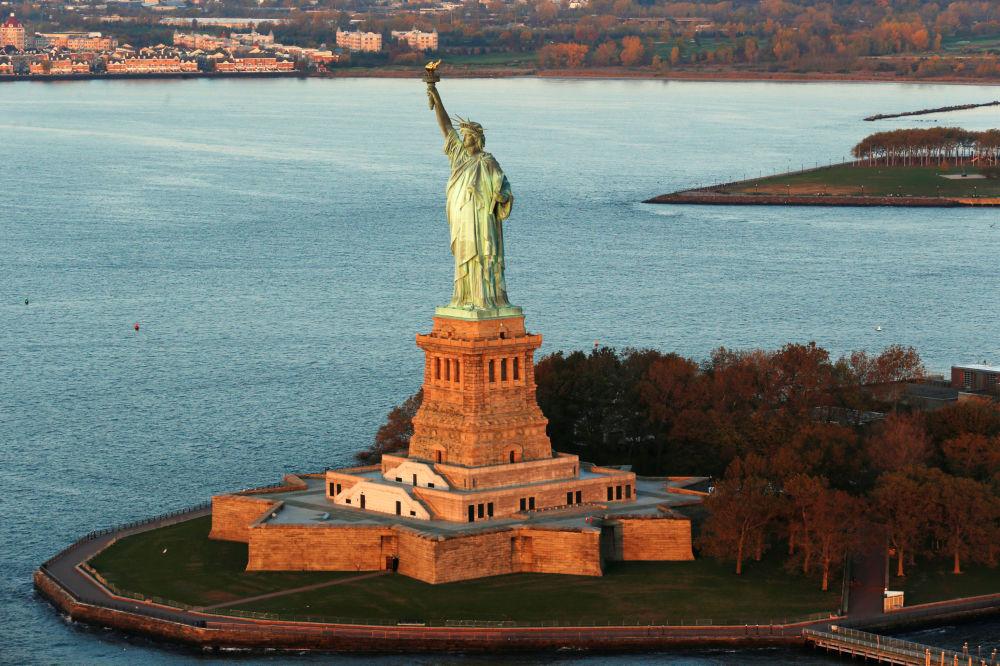 New-York'ta güneşin doğduğu anda Özgürlük heykeli.